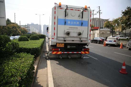 两台重型道路污染清除车亮相郑州,路面像新铺的